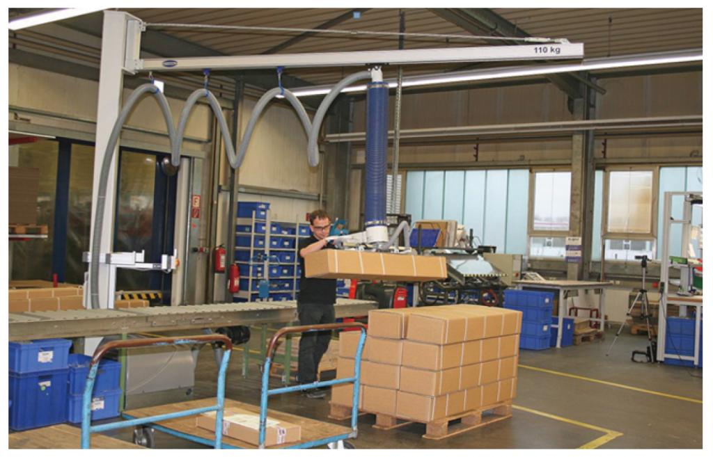 細長い段ボール箱の搬送に使用される真空バランサー「ジャンボフレックス」