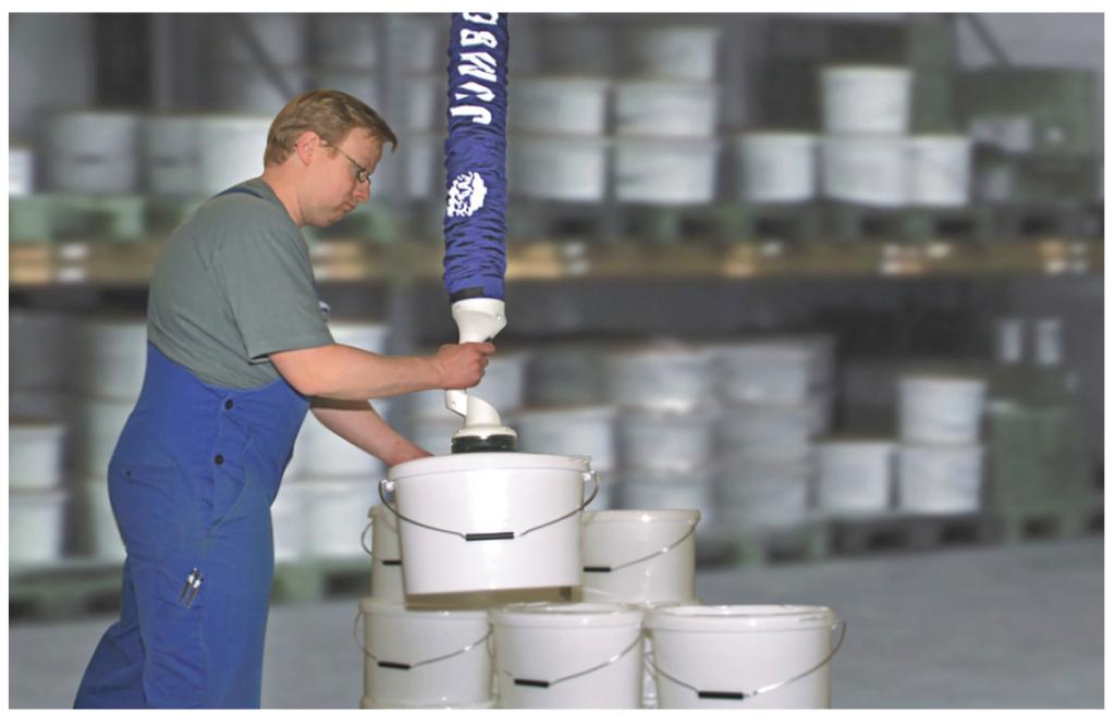 真空バランサー「ジャンボフレックス」を使用したペール缶の吸着搬送