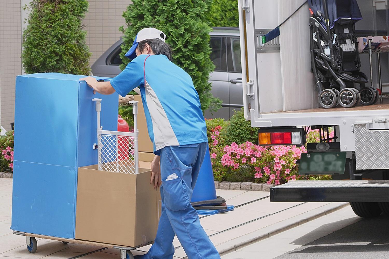 カゴ車の入出庫を自動管理し、運用効率の向上と引っ越し荷物の保管状況可視化を実現