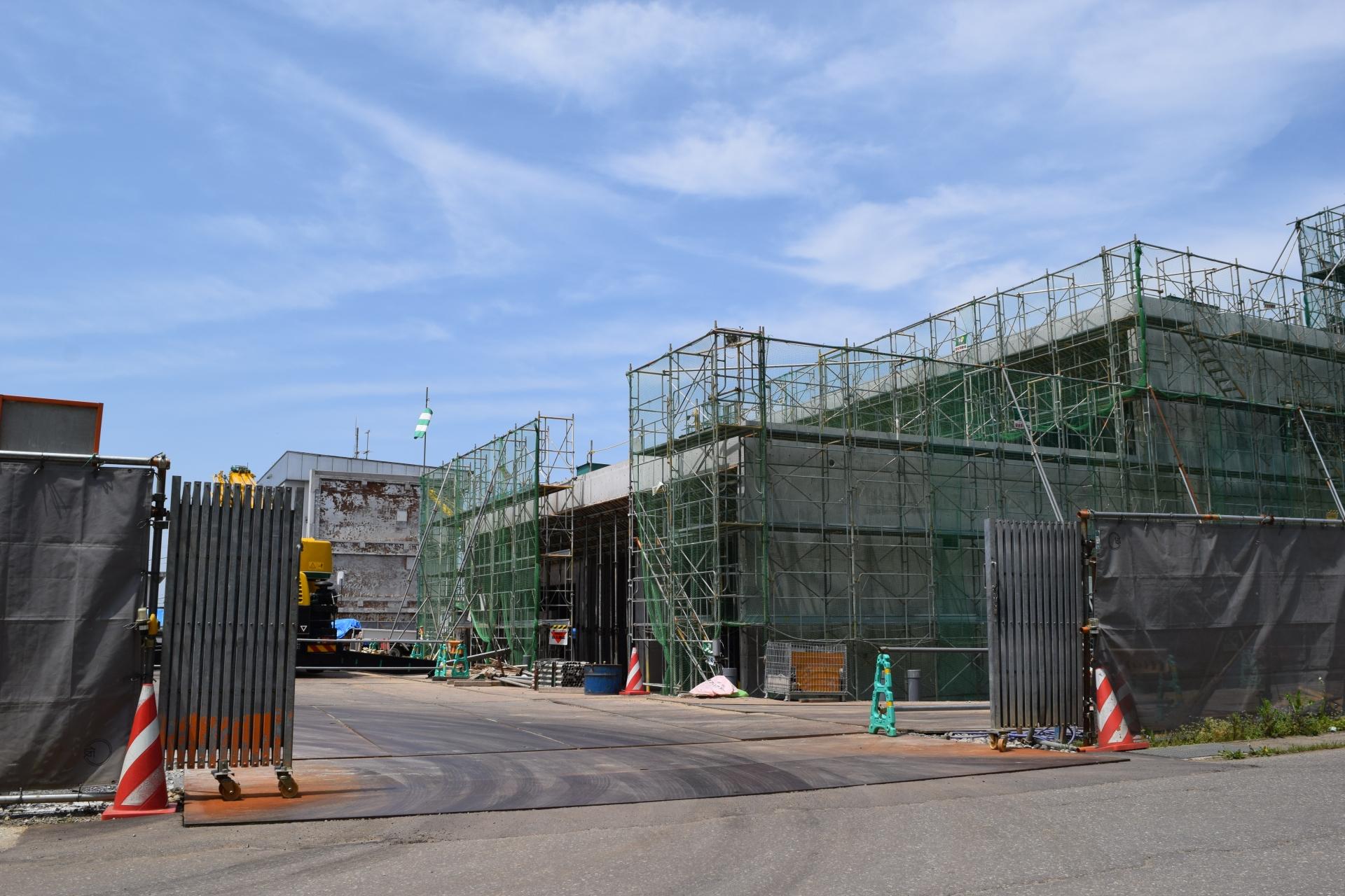 鋼製パレットにアクティブRFIDタグを搭載し、工場から物流センター、建設現場までの一貫した製品輸送を自動管理